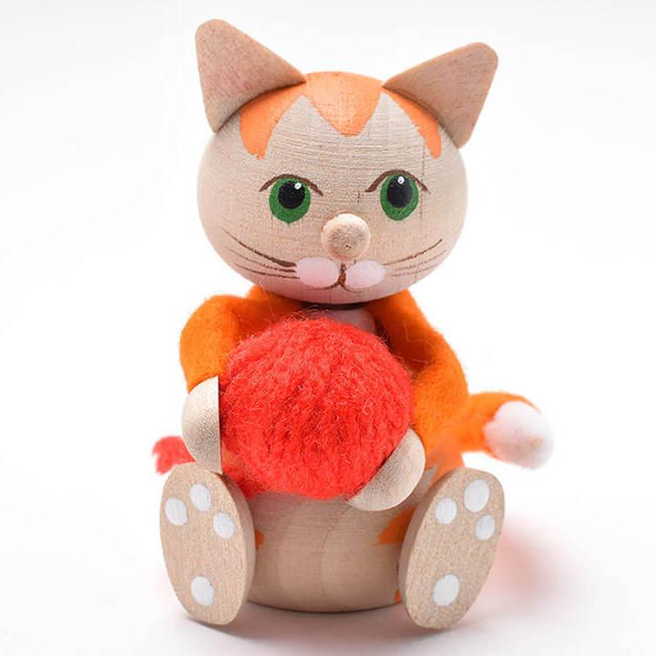 赤い毛糸玉を抱えたお座りネコ(オレンジ)