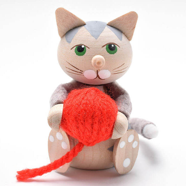 赤い毛糸玉を抱えたお座りネコ(グレイ)