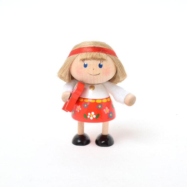 ダーラナホースを持ったミニ民族衣装の女の子